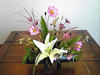 リリーフランキーさん来小倉の際のトークショーに添える花を生けました。彼が子供の頃に育った到津の森や山の草花です。コスモス、ススキ、イヌフグリ、小菊、ワレモコー、ミズヒキ、そして亡きお母さんがお好きだった百合の花。