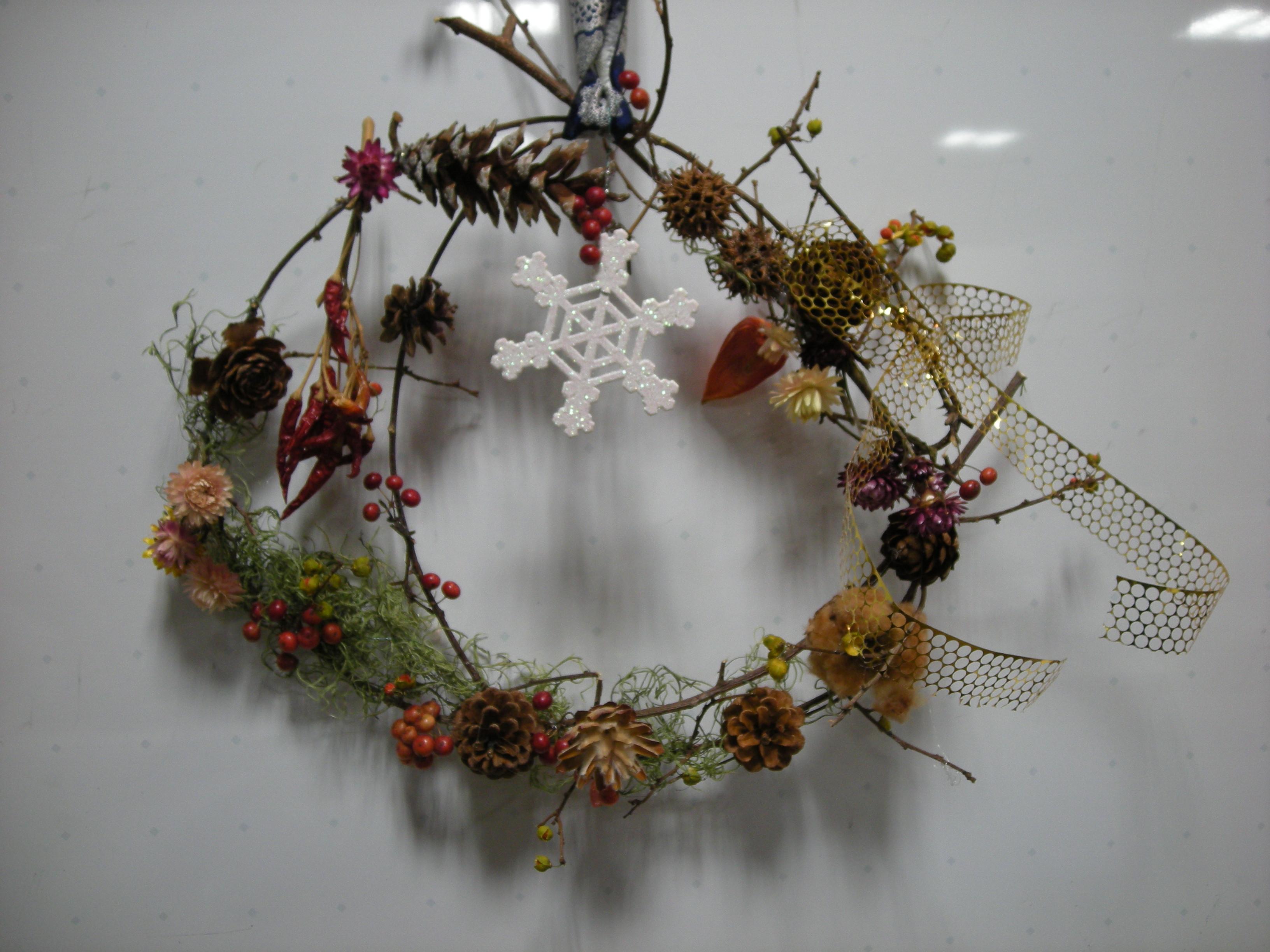 生け花に使う山帰来(サンキライ)に木の実やドライの花をデコりました。どれも素敵な生徒作品です。
